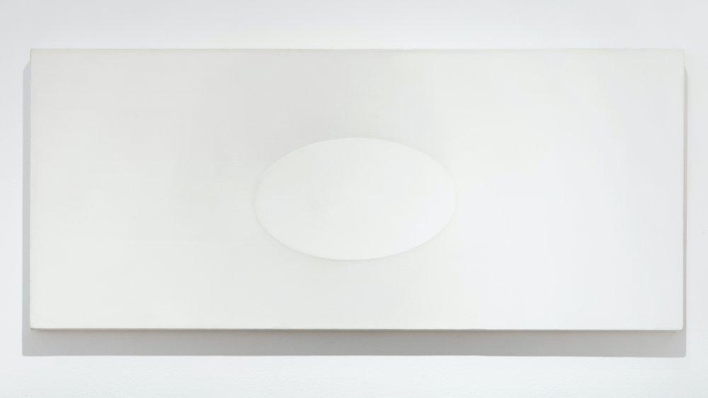 Superficie bianca con un ovale
