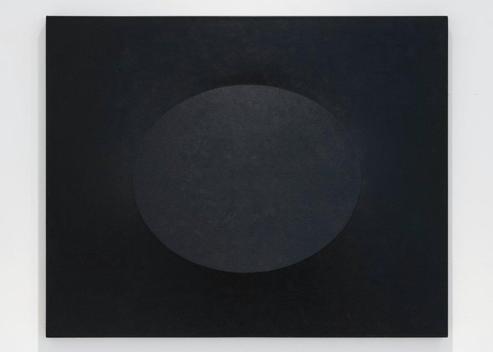 Superficie nera con un ovale
